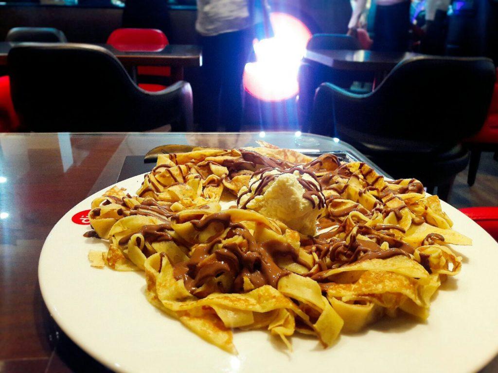 A dipndip Abidjan Fettucine crêpe : fines lanières de crêpes, glace vanille et chocolat au lait